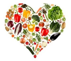 een hart met veel gezonde etenswaren
